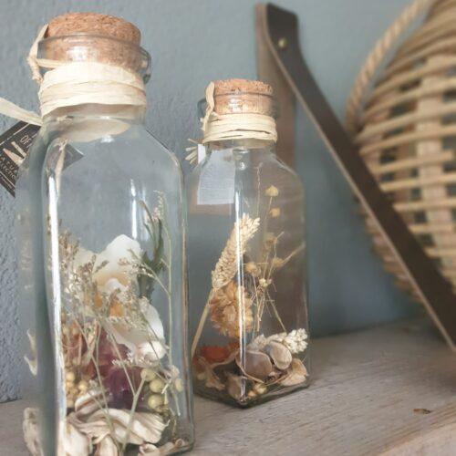 glazen fles met droogbloemetjes