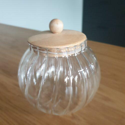 Voorraad pot met houten deksel
